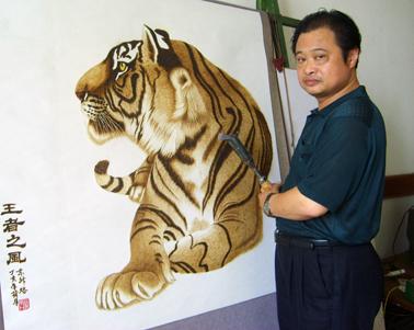 再现了国画的写意和工笔画的神韵,尤其对狮,虎,猴,豹,狗等动物之烙绘